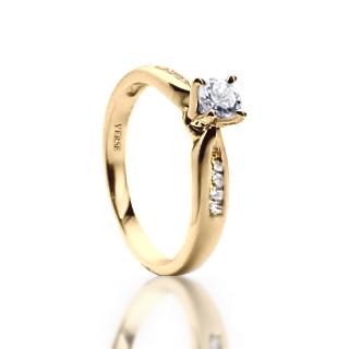 Anel Solitário com Diamantes em Ouro Amarelo - MANHATTAN    JOIAS    ALIANÇAS EM OURO   VERSE Joaillerie   Descubra o real significado de ser  único e ... 2c1b2149d8