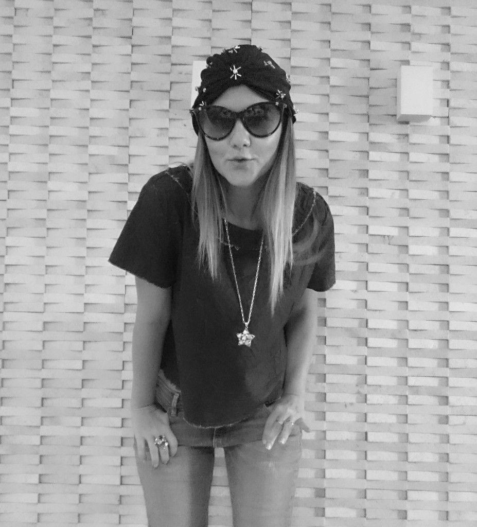 Street Style look. Look básico com jeans + jeans e turbante Jomara Cid Chapelaria. Preto e branco