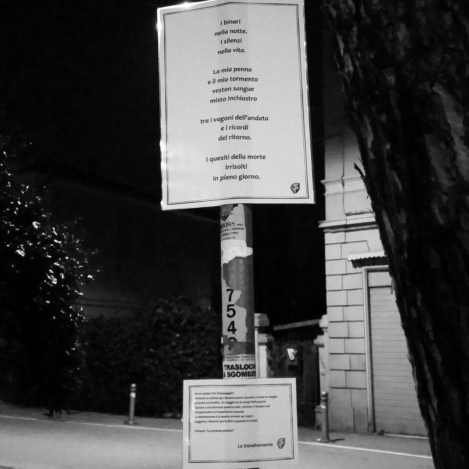 Il poetico bianco e nero della fermata errante di via S.Anna a Corticella, Bologna.
