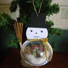 1 boule de noel en plastique avec bonhomme de neige et ses cadeaux
