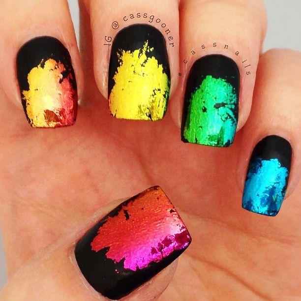 Uñas de color negro con brochazos estilo arco iris.   Uñas ...