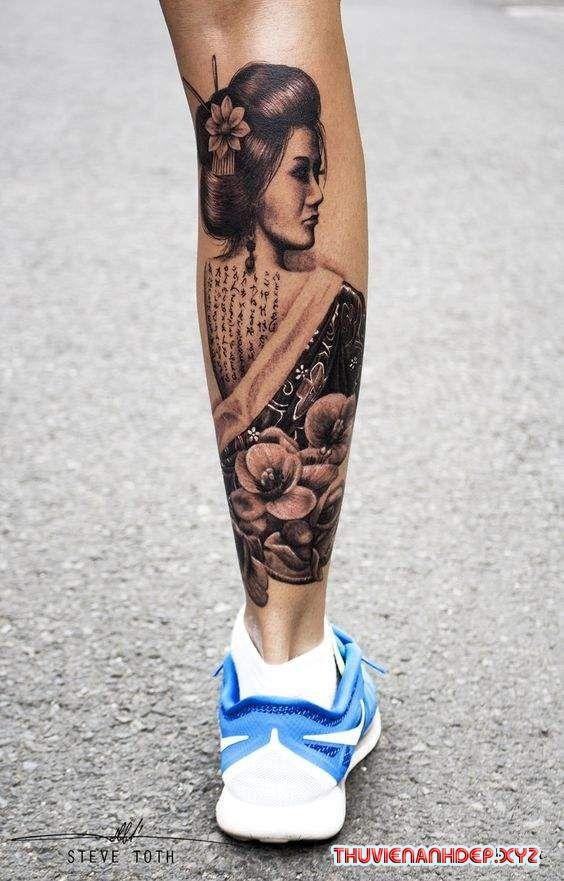Seleção das tatuagens de gueixas mais bonitas e criativas da Internet, tanto para o sexo masculino como feminino. Desenhos destas lindas Japonesas no braço, antebraço, costas, costela, coxa, barriga, perna ou outras partes do corpo. Tattoos sombreadas, coloridas, aquarela e outros estilos.