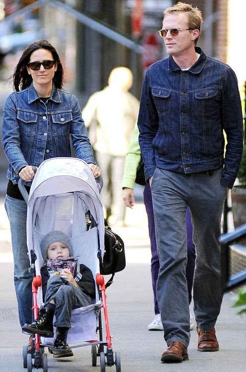Jennifer Connelly And Paul Bettany Out For A With Their Daughter Agnes On September 23rd 2014 Jennifer Connelly Jennifer Connelly Husband Classy Couple