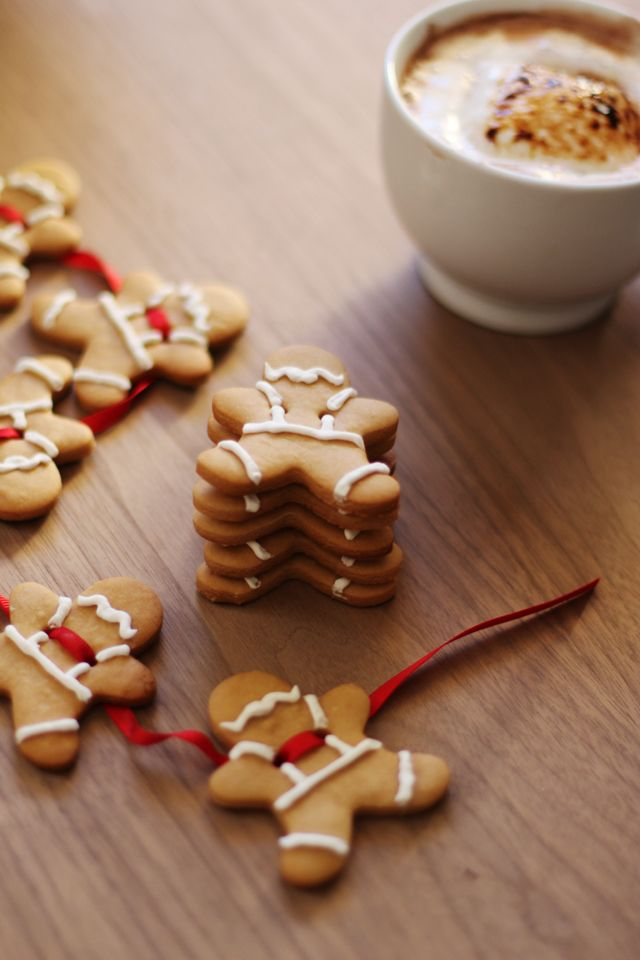Gingerbread Men Garland // HonestlyYUM