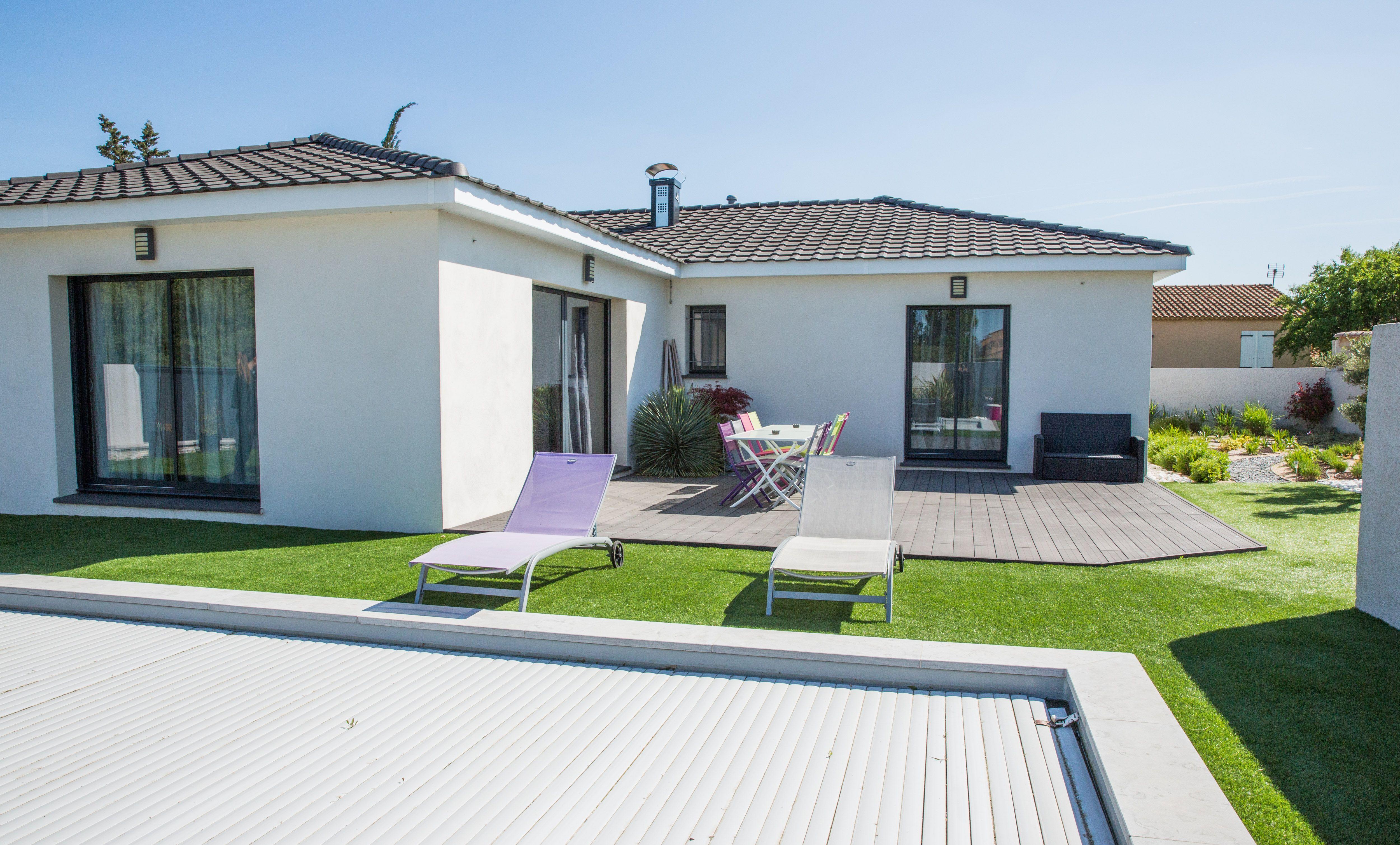 Villas contemporaine construite par Villas Prisme Tuiles noires