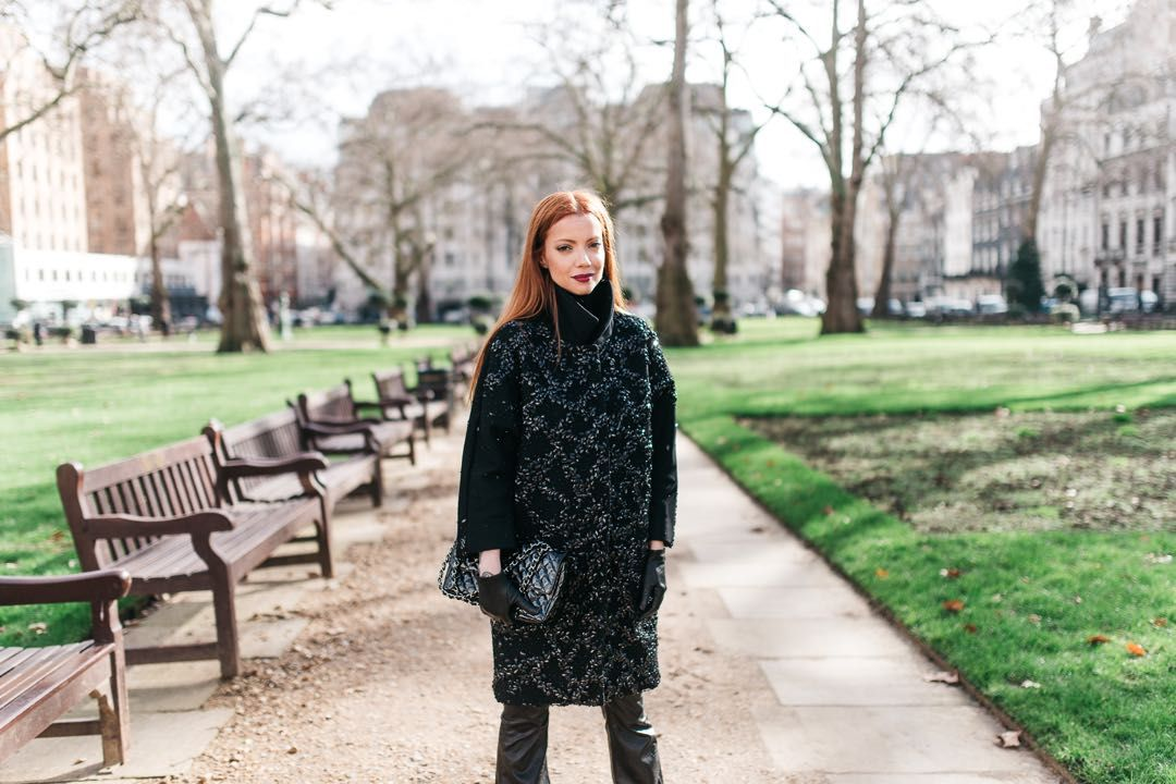 Julia Petit - Petiscos -calça Blank NYC -casaco Gloria Coelho -sapatos Gianvito Rossi para Farfetch -bolsa Chanel -luvas Harrords