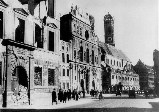 Bei Stachus: Die Akademie der Wissenschaften (ganz links im Bild) nach der Zerstörung durch einen Bombenangriff im 2. Weltkrieg.