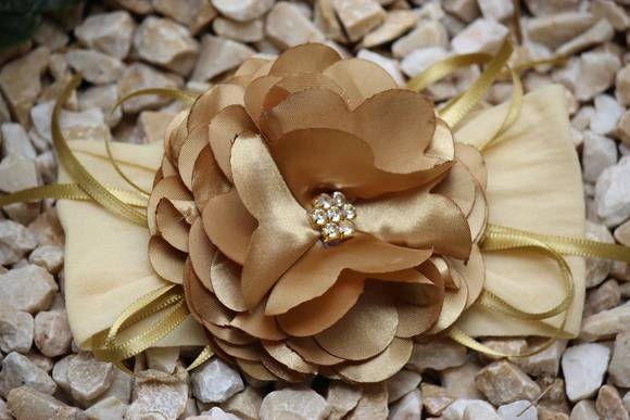 Faixa de meia flor camélia dourada com strass e fitas, muito delicada,  ideal para bebê ou criança de 0 a 6 anos.