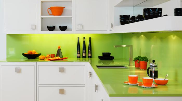 wandgestaltung küche grün weiße küchenschränke schöne beleuchtung ...