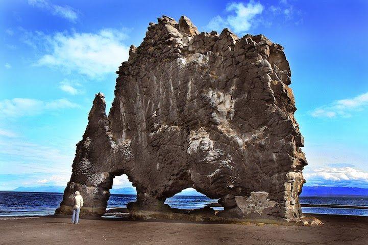 Un solitario dinosaurio de piedra islandés bebiendo agua, Hvítserkur En la costa islandesa se alza una roca de quince metros de altura de n...