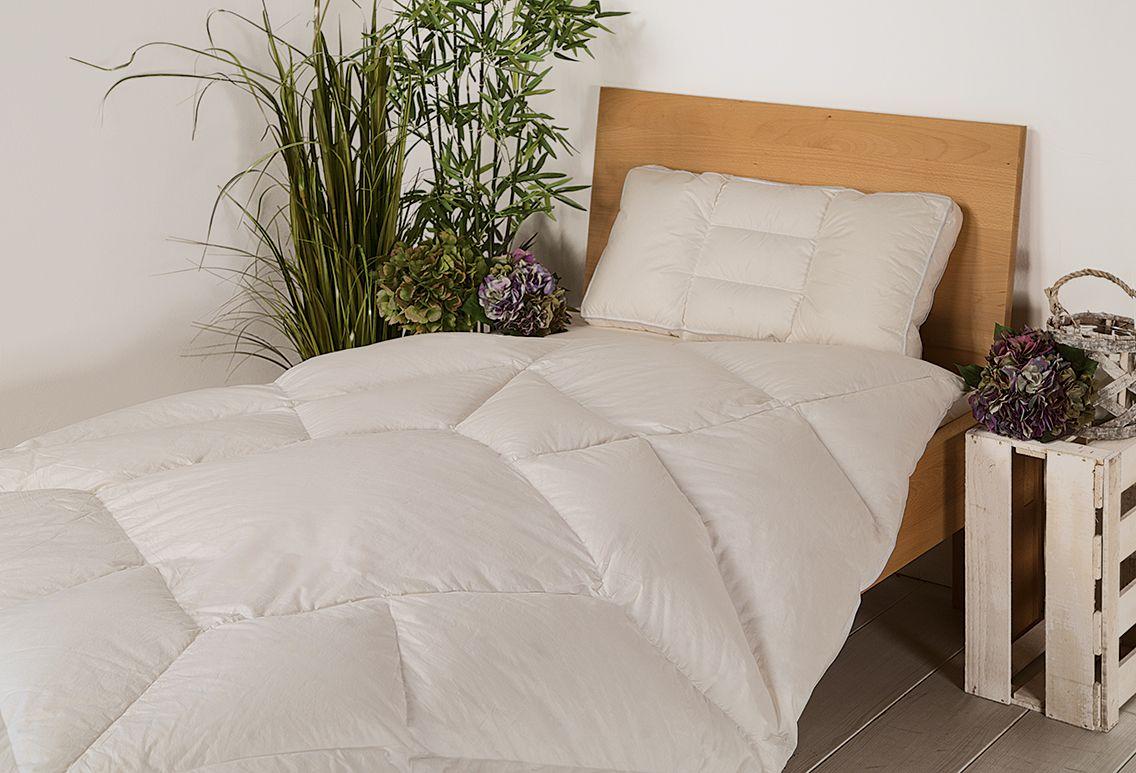 """Die Daunen-Körperzonen-Bettdecke """"Ansara-Forma"""" ist mit weißen sibirischen Gänsedaunen und Federn gefüllt. Die hohe Füllkraft und Isolationsfähigkeit dieser Daunen hält das Gewicht der Bettdecke niedrig. Kennzeichen dieser wärmenden Decke ist die besondere Steppung, bei der in der Mitte mehr und nach außen hin weniger Material verfüllt wird. So werden die unterschiedlichen Körperzonen optimal berücksichtigt. Eine Bettdecke, die jede Deiner Bewegungen perfekt begleitet!"""