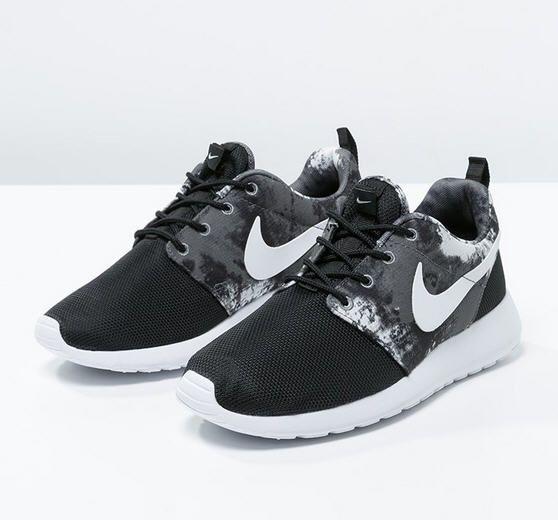 Baskets femme Zalando, craquez sur les Nike Sportswear ROSHERUN Baskets  basses black/white/