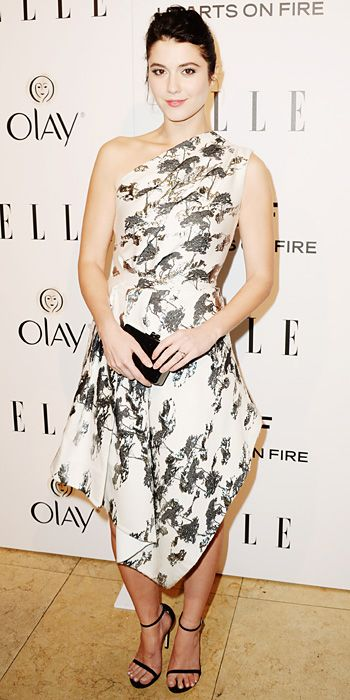 MARY ELIZABETH WINSTEAD Winstead got glam in a one-shoulder silver-and-white print asymmetric Osman dress, simply styling her look with a bl...