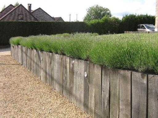 Retenue De Terres Et Palissade Avec Billes De Chemin De Fer Impregnees Au Sel Classe Iv Yard Yard Wall In 2020 Rock Wall Gardens Outdoor Gardens Landscape Design