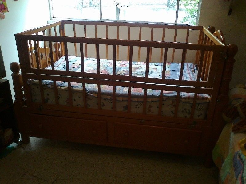 Vendo cama/cuna de madera con corral, barandales, 2 cajones, colchon ...