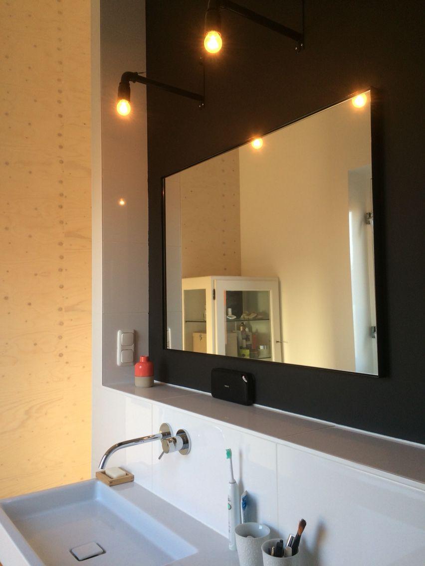 Badkamer met zwarte wand, metalen pipe lampen van House Doctor ...