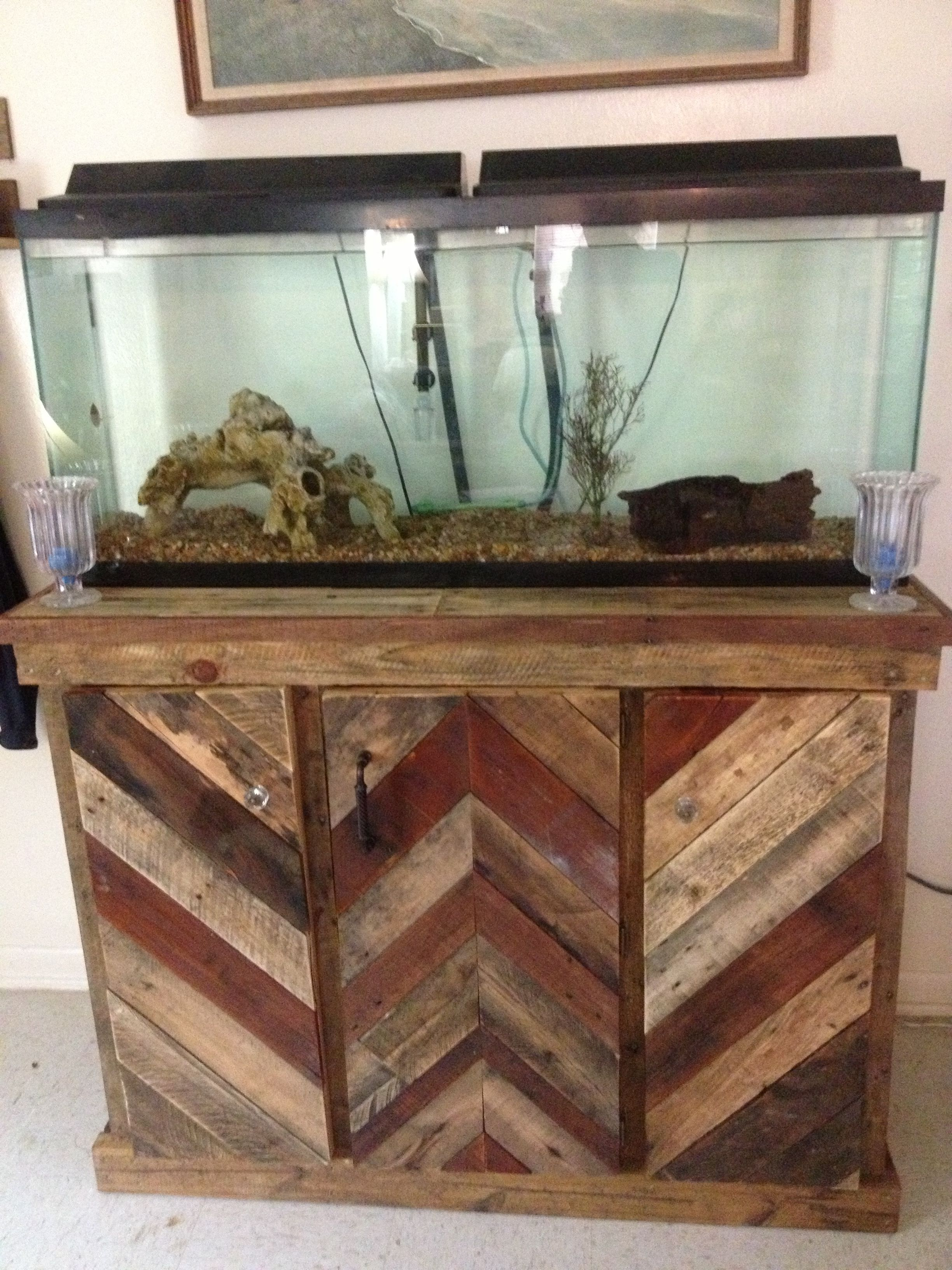 Rustic reclaimed pallet wood fish tank stand pinteres for Fish tank table stand