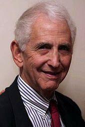 """Daniel """"Dan"""" Ellsberg (* 7. April 1931) ist ein US-amerikanischer Ökonom und Friedensaktivist. Er brachte die geheimen Pentagon-Papiere über das Fehlverhalten mehrerer US-Regierungen während des Vietnamkriegs als Whistleblower an die Öffentlichkeit. Er sieht die 2013 bekannt gewordenen Geheimdienst-Überwachungsprogramme als Verstoß gegen die US-Verfassung an."""