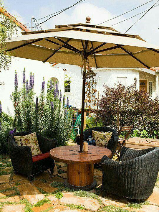 Hermosa mesa d jard n con sombrilla tarimas y carretes - Sombrilla de terraza ...