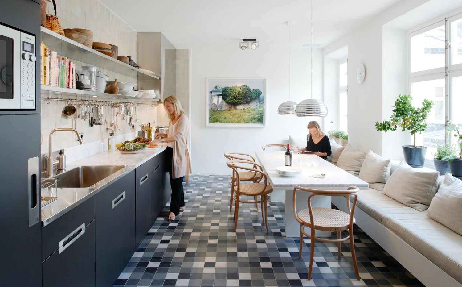 En la cocina, mostrador de mármol de Carrara y acero inoxidable. Las ...