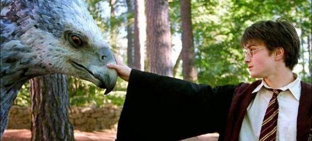 El empresario de Warner, Kevin Tsujihara se ha reunido con la autora J.K Rowling para adaptar a la gran pantalla el libro Animales fantástic...