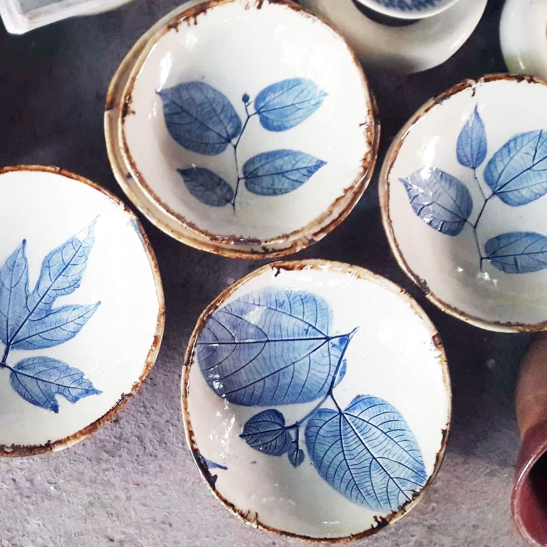 Handmade Ceramic Plates With Leaves Print In 2020 Handmade Ceramics Plates Handmade Ceramics Indian Pottery