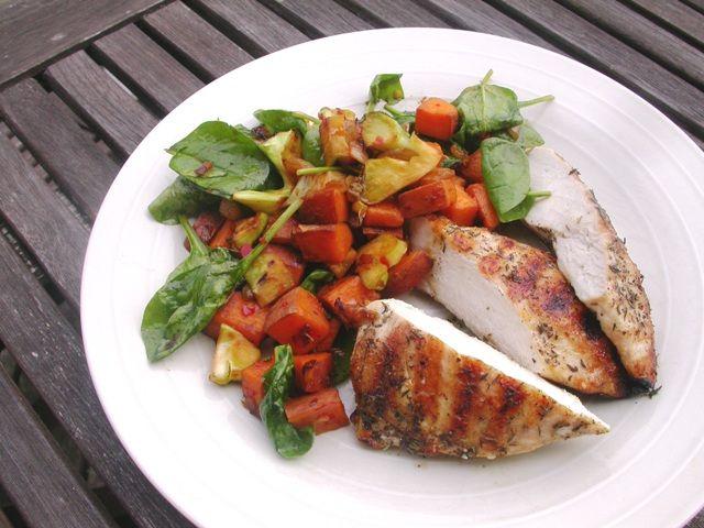 Grillstegt kylling, søde kartofler og broccoli