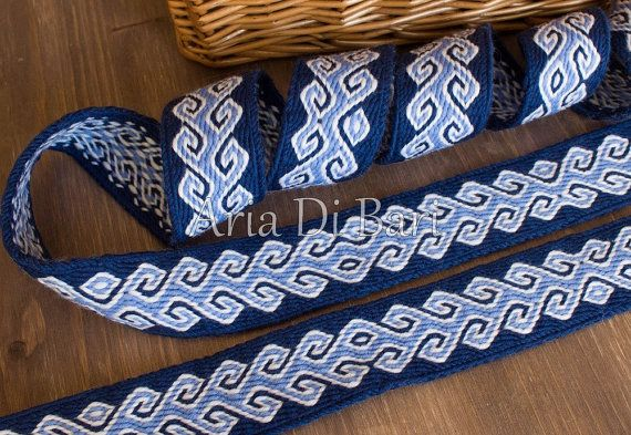 Hello,  Aria Di Bari provides this tablet woven band, suitable for medieval, viking or even larp and sca costumes. Made from a skilled and experienced artisan (and also an enthusiastic reenactor), you will be sure to buy a precise and well done trim. Informations about this band: -Length: 267 cm -Width: 39 mm -Colors: navy, blue and natural white. -Material: 100% plant dyed wool -Historical evidence: There are no historical evidences for this design. But it is a very appreciated design by…