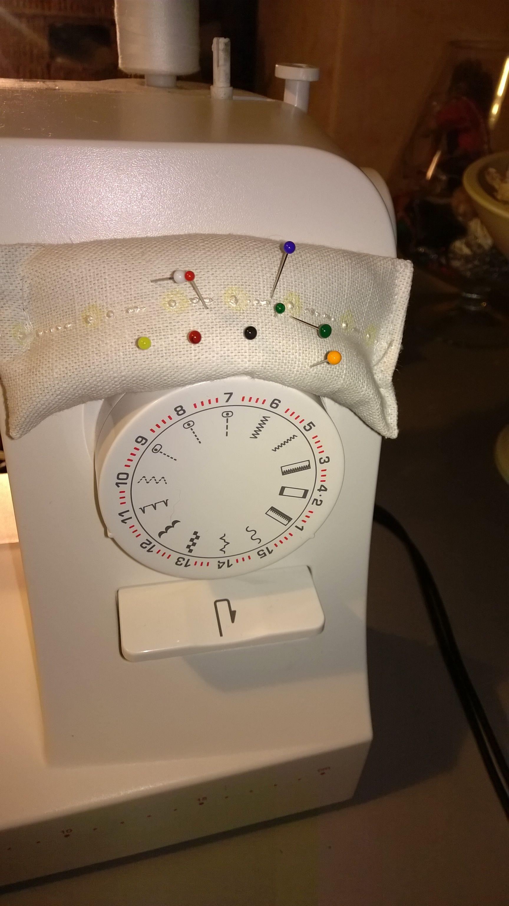 Speldenkussen op naaimachine