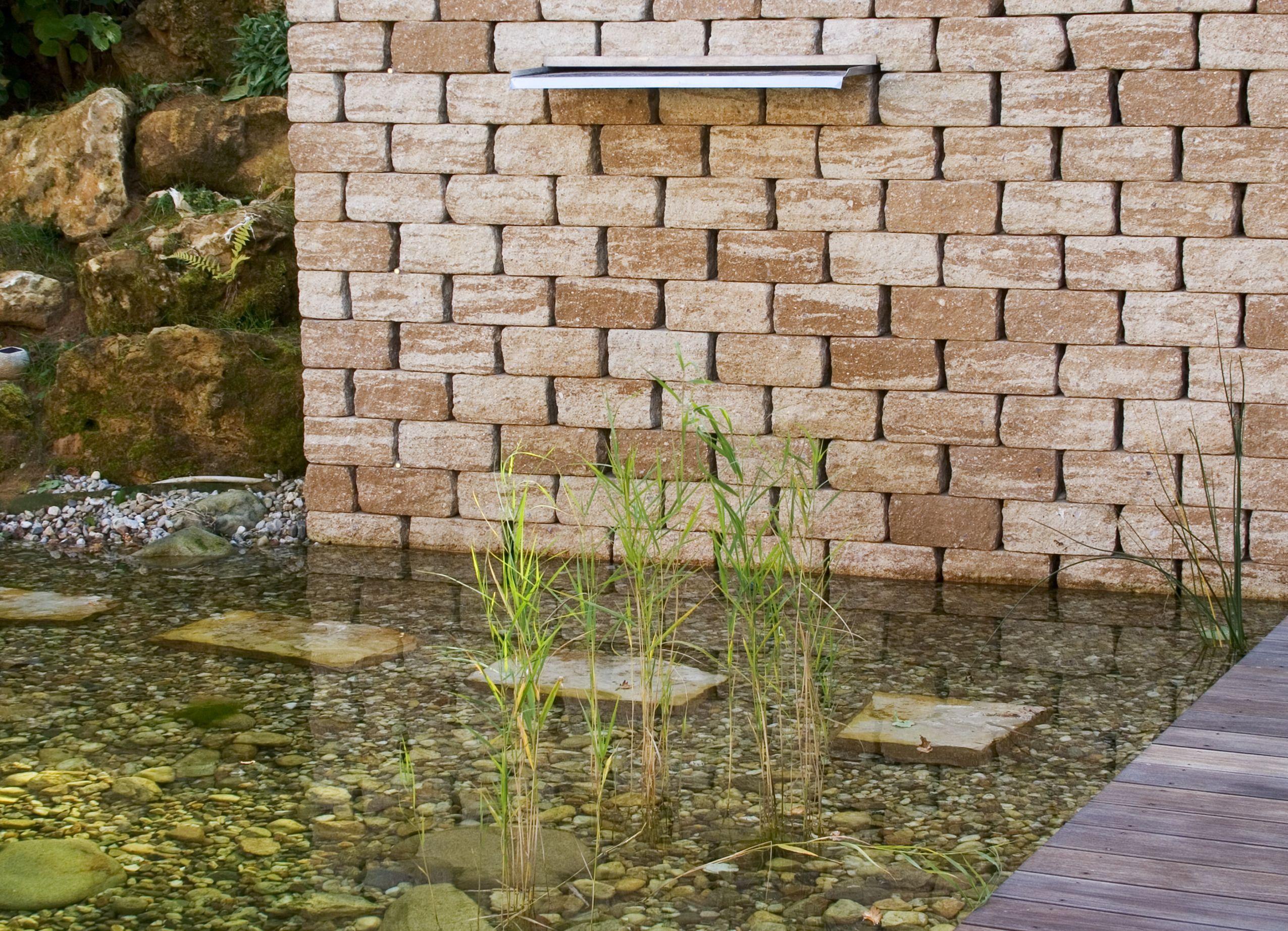 Gartenwand mit Wasserfall und Teich #wand #gartenwand ...