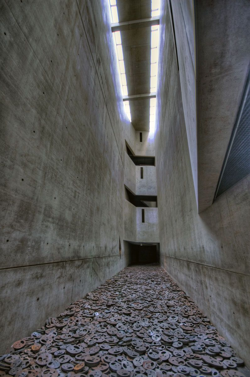 Jewish museum berlin by daniel libeskind jewish museum for Daniel libeskind architectural style