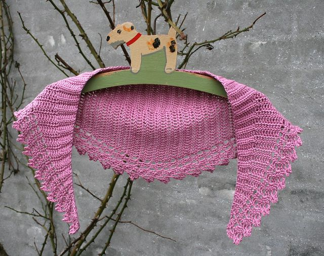 Spring Crescent shawlette, free pattern by Julie Aakjær. In three ...