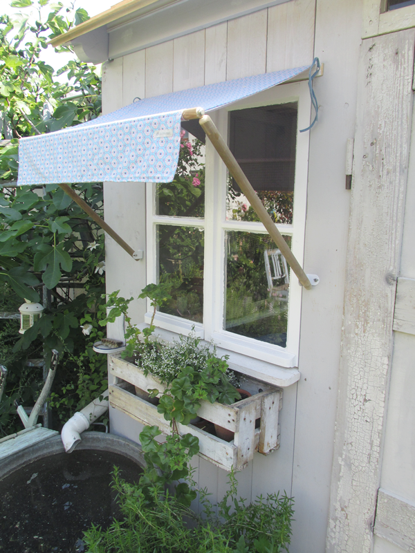 dieses mal beim dach vom gartenhaus ja es ist endlich fertig das dach aus unbehandelten. Black Bedroom Furniture Sets. Home Design Ideas