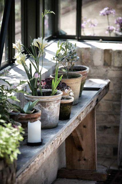 banc sous la fen tre pour pots de fleur jardin pinterest banc sous les fen tres pots de. Black Bedroom Furniture Sets. Home Design Ideas