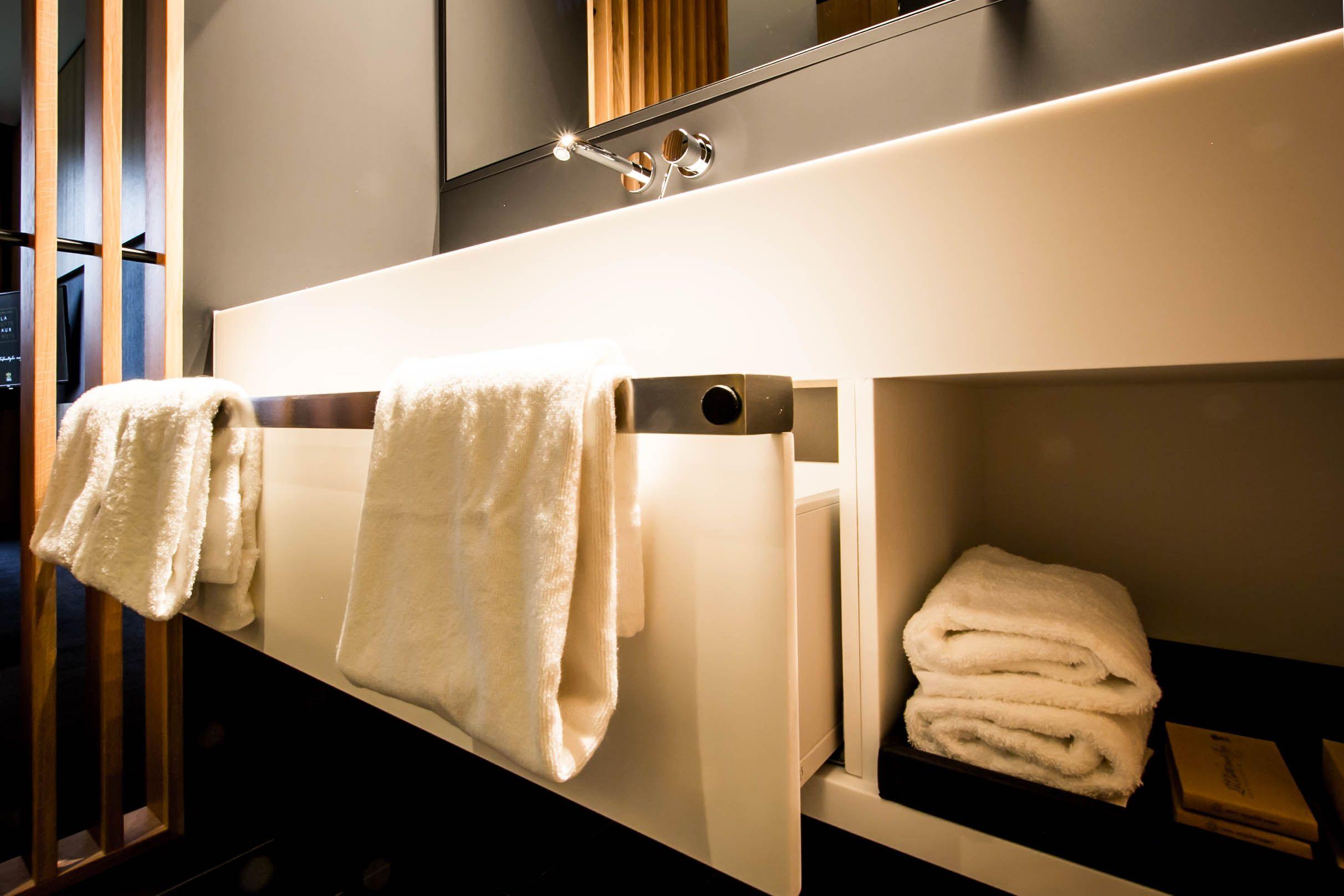 Wasbak Badkamer Inspiratie : Moderne badkamer. badkamermeubel met wastafel vervaardigd in solid