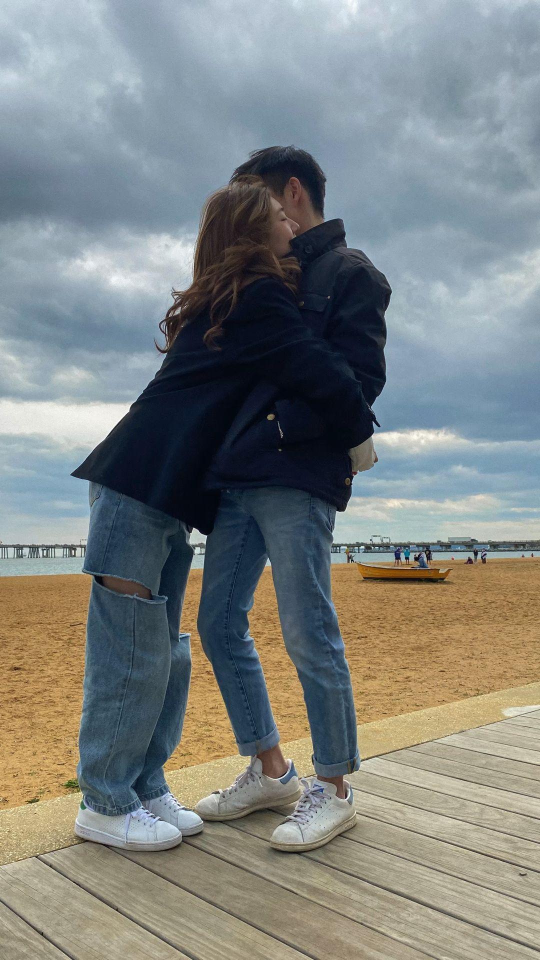 Couple beach pic inspo 🤍 ig: @elli3phant