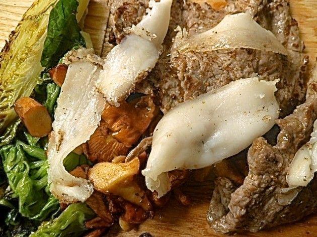 Steak mit Lardo di Colonata, Pfifferlingen und Kochsalat
