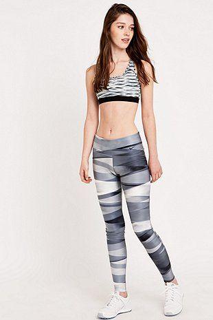Nike - Leggings Legend 2.0 imprimé ruban enroulé gris - Urban Outfitters