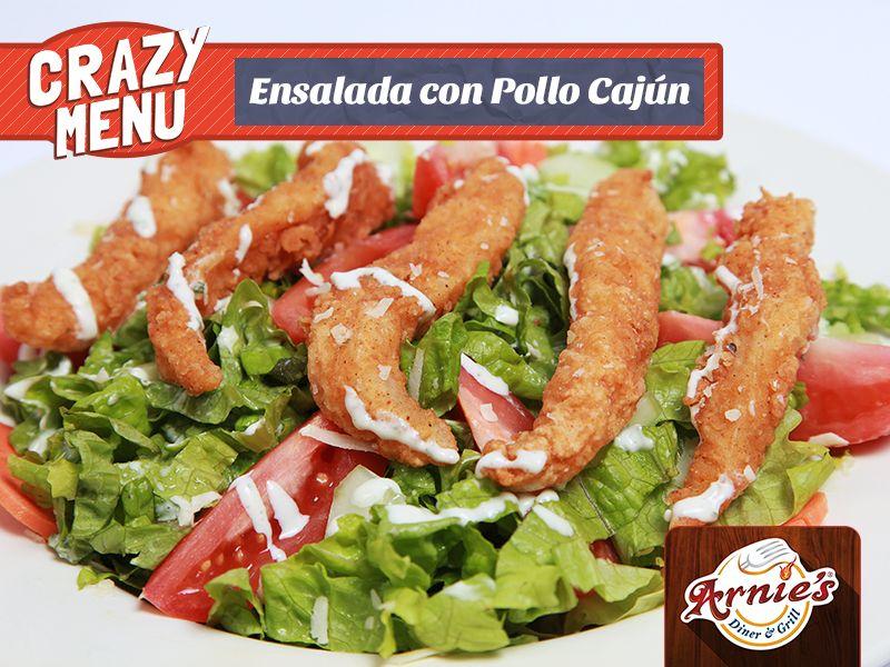 Ensalada con Pollo Cajún - Disfrute el sabor de lechugas frescas, mix de vegetales y pollo cajún bañados con nuestro exquisito aderezo de la casa.