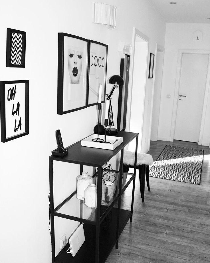 Monochrome Vibes!  Auf den weißen Holztabletts aus der Westwing Basics Collection macht nicht nur Geschirr eine gute Figur. Auch mit Kerzen, Blumen oder Schälchen kannst Du  ein individuelles Arrangement gestalten. Das perfekt Wohnaccessoire für Dein Sideboard! // Flur Eingangsbereich Kommode Regal Schwarz Weiss Deko Ideen Bilder GalleryWall Bilderwand #Flur #Eingangsbereich #Kommode #Regal #Schwarz #Weiss #Deko #GalleryWall @my_home_today #flureinrichten
