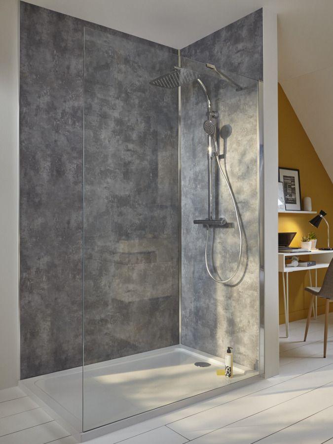Une douche � l'italienne ouverte sur un bureau