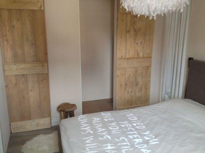 onze slaapkamet met steigerhouten schuifdeuren naar badkamer en, Badkamer