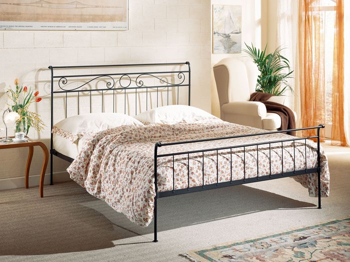 Mobile shabby chic in pioppo massello. Wrought Iron Beds Thanks To Their Winding And Soft Lines Became A Real Evergreen In Decoration Discover Mobili Letto Ferro Battuto Copriletto All Uncinetto