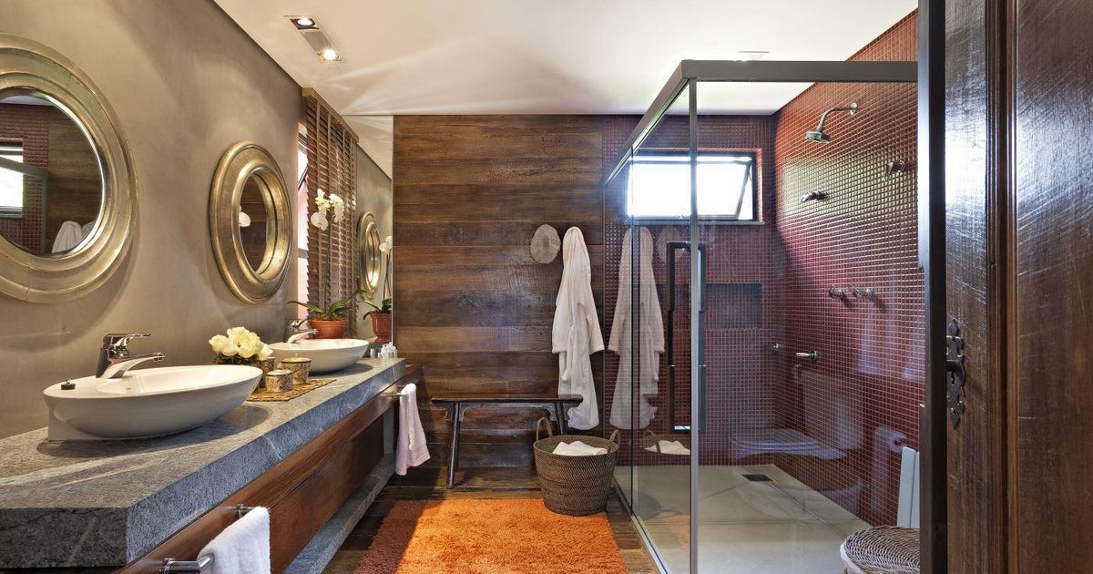 banheiro com pastilha bordô