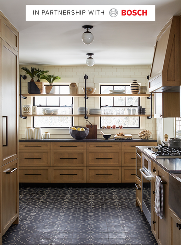 A Black and White Modern Farmhouse Kitchen That\'s Anything But ...