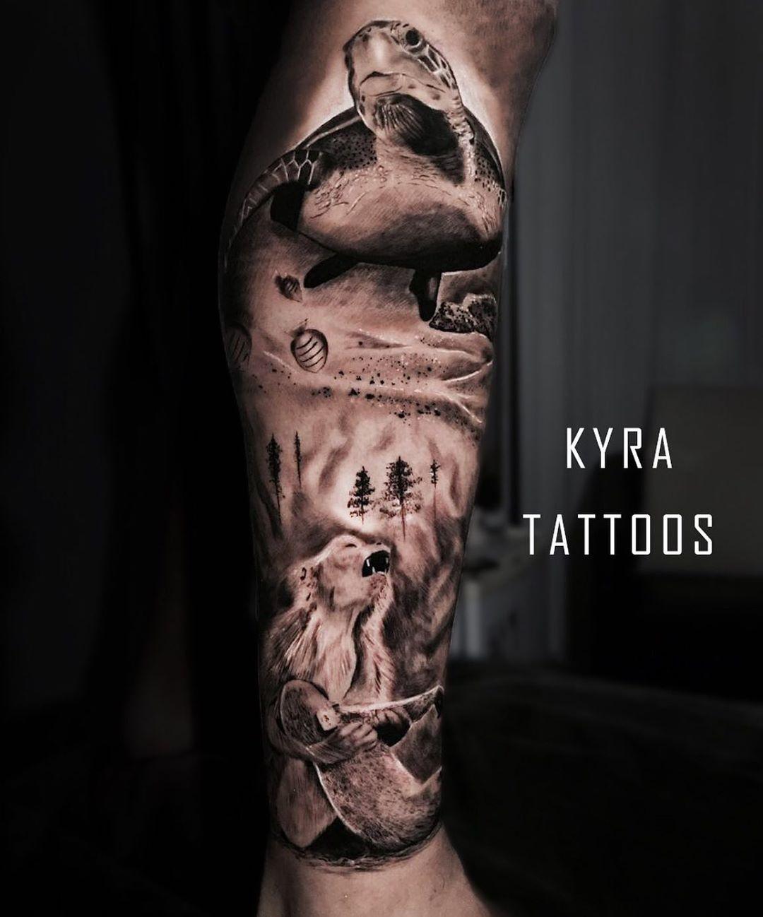 Ideia da tatuagem foi do cliente, trouxe algumas informações e imagem fizemos a montagem correta.  Fechamos a lateral da panturrilha em uma sessão 🔥 . . . .  #realismtattoo #blackandgreytattoo #skingiants #tattooist #tattoolove #tattooed #tattoosleeve #tattoodesign  #tattoolover #tattooworld #tattoosofinstagram #tattoolovers #inked #tats