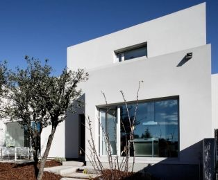construction of a house by the architecture studio ABATON caracterized by its asymmetry with private graden and swimming pool
