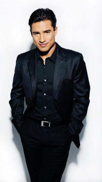 Mario Lopez lleva un traje de nego.