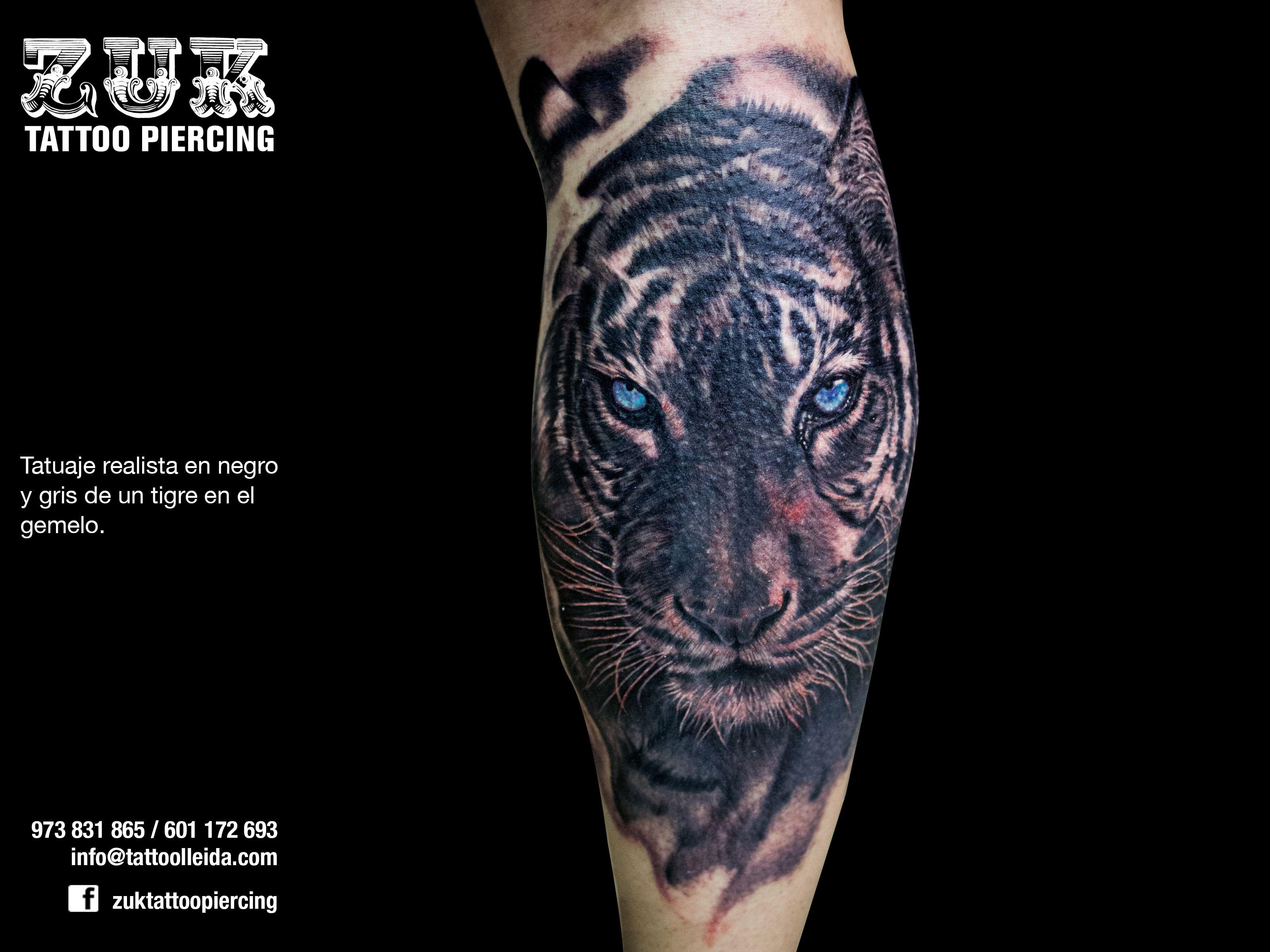Tatuaje Realista En Negro Y Gris De Un Tigre En El Gemelo Tattoo