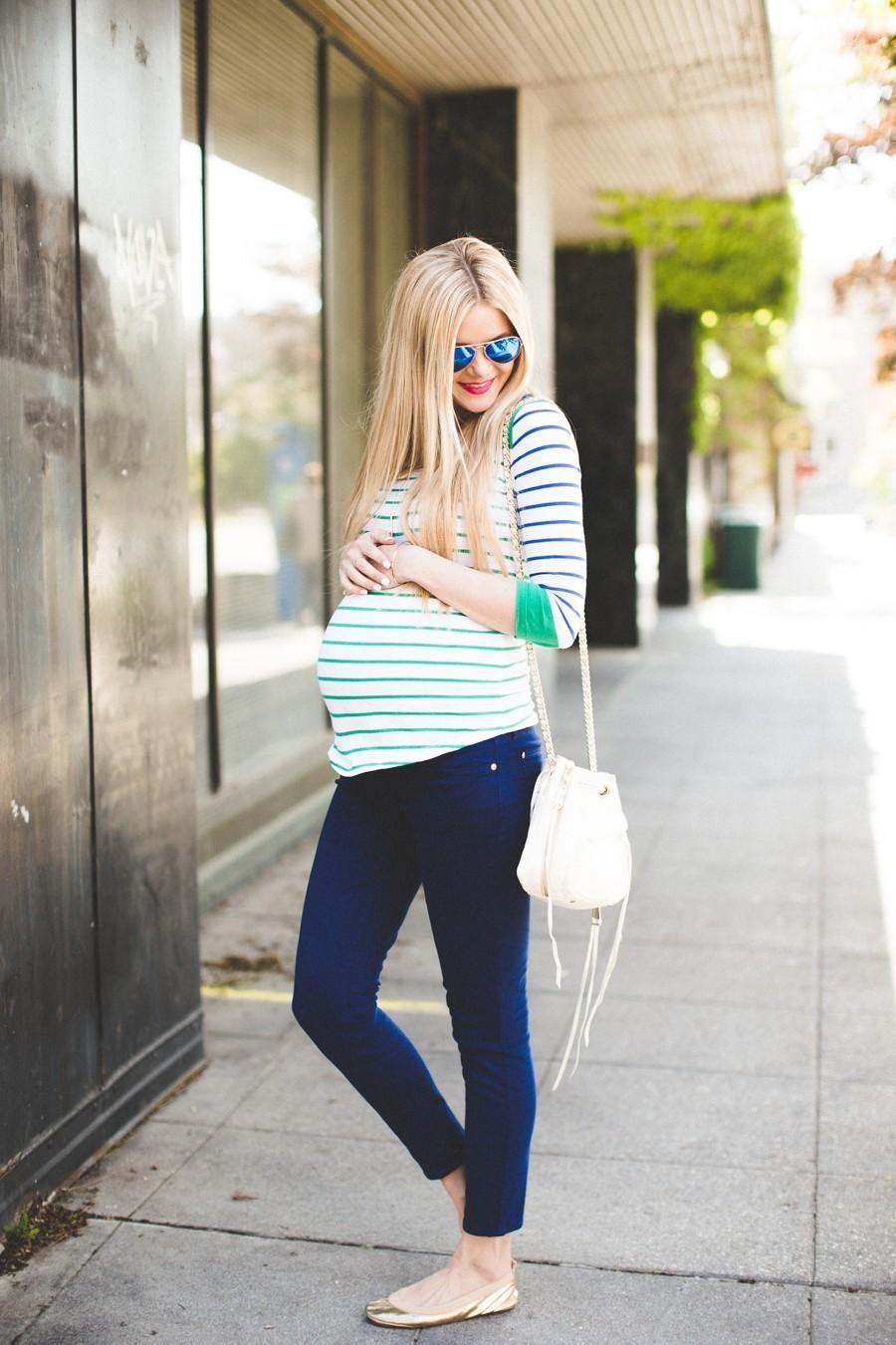 e42cc214a Chica embarazada usando una blusa color verde y pantalón de mezclilla  #pregnancyoutfits Cute Maternity Style